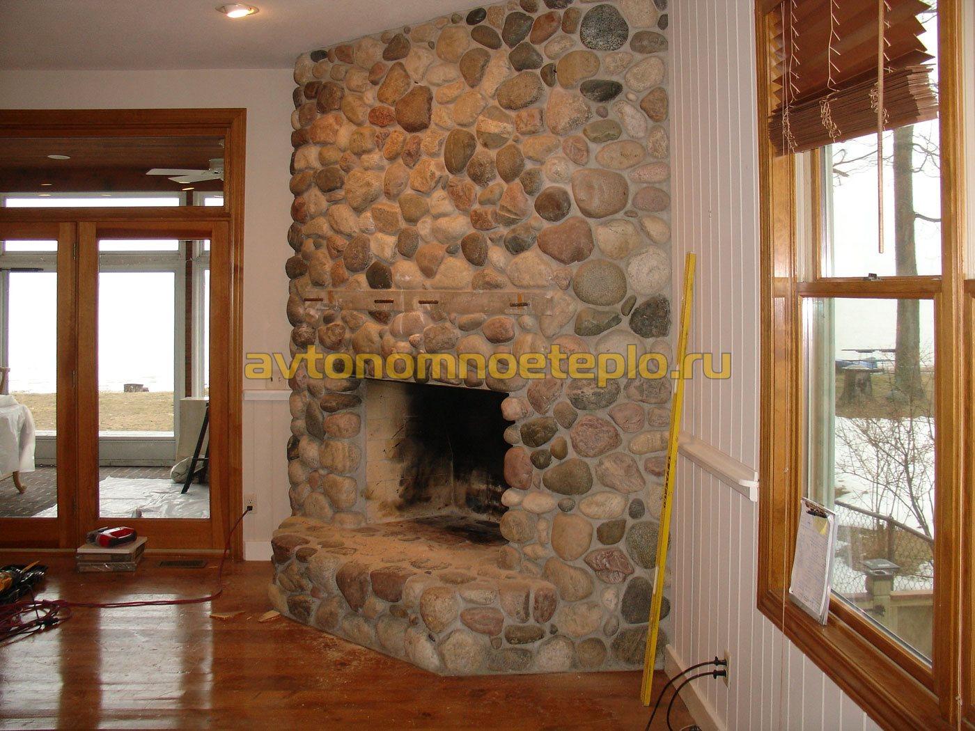 угловой камин в доме