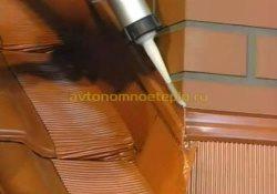 нанесение герметика на стык фартука и трубы