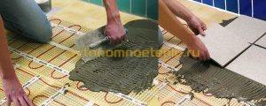 нанесение плиточного клея и плитки