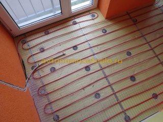 разложенный кабель на теплоизоляционном слое