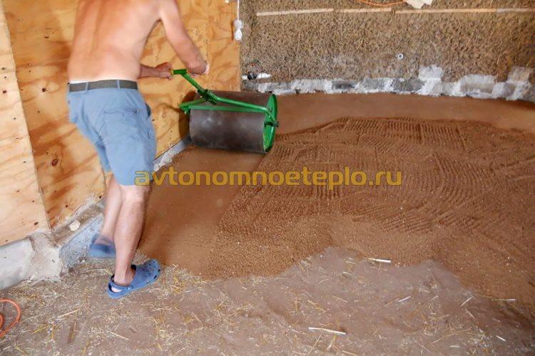 утрамбовка песчаной подсыпки ручным катком