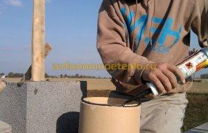 процесс нанесения герметика при стыковке керамических труб