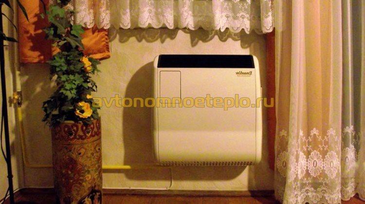 смонтированный на стену конвектор работающий на газе