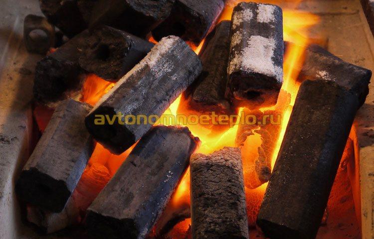 процесс горения древесных прессованных брикет