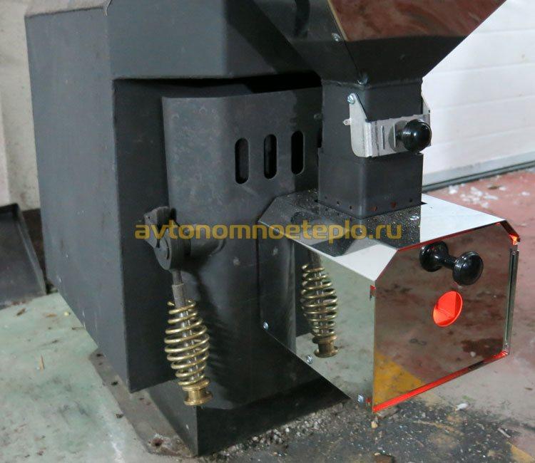 пеллетная горелка установленная в стальную дверцу печи