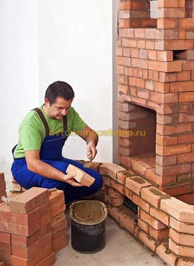 нанесение клея при кладке камина