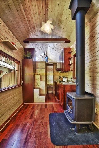 деревянный дом с металлической печью