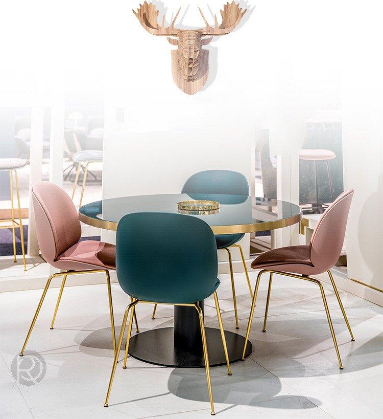 Различают мягкие и жесткие стулья. Есть варианты, выполненные из отдельных фрагментов дерева (столярные), гнутые, плетеные, металлические, пластиковые или смешанные