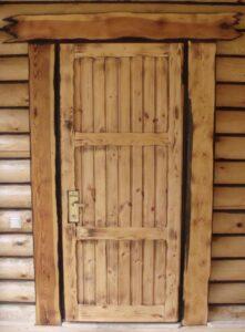 Деревянная входная дверь в баню